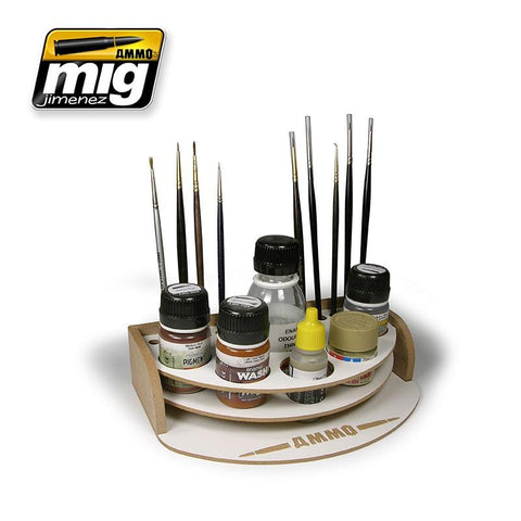 The most convenient way to organize the paints and brushes with which we are working at the time. This small organizer allows us to put 5 jars with which we are going without the risk of rolling over, either 17 or 35 mL interchangeably. It also allows you to place a plastic cup or bottle of 100 mL and 10 brushes. Its small size makes it perfect to help paint anywhere no matter how small the space available is. A perfect solution also for travel or modeling meetings.