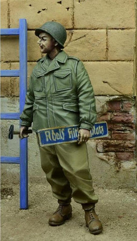 D-day Miniature 1:35 US GI Holding Street Sign German 1945 Figure Kit #35077 N/A D-day Miniature