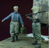 D-day Miniature 1:35 WWII Luftwaffe Ground Crew Winter 1942-45 Two Figures#35070