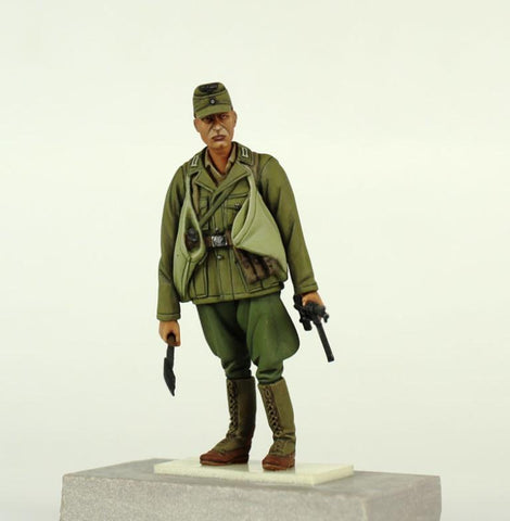 Verlinden Built 1:35 WWII German Troop w Shovel MP40 Original Display  #VPB35F166