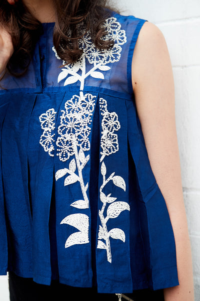 FLOWER-EMBROIDERY PLEAT TANK, INDIGO - SAAKI