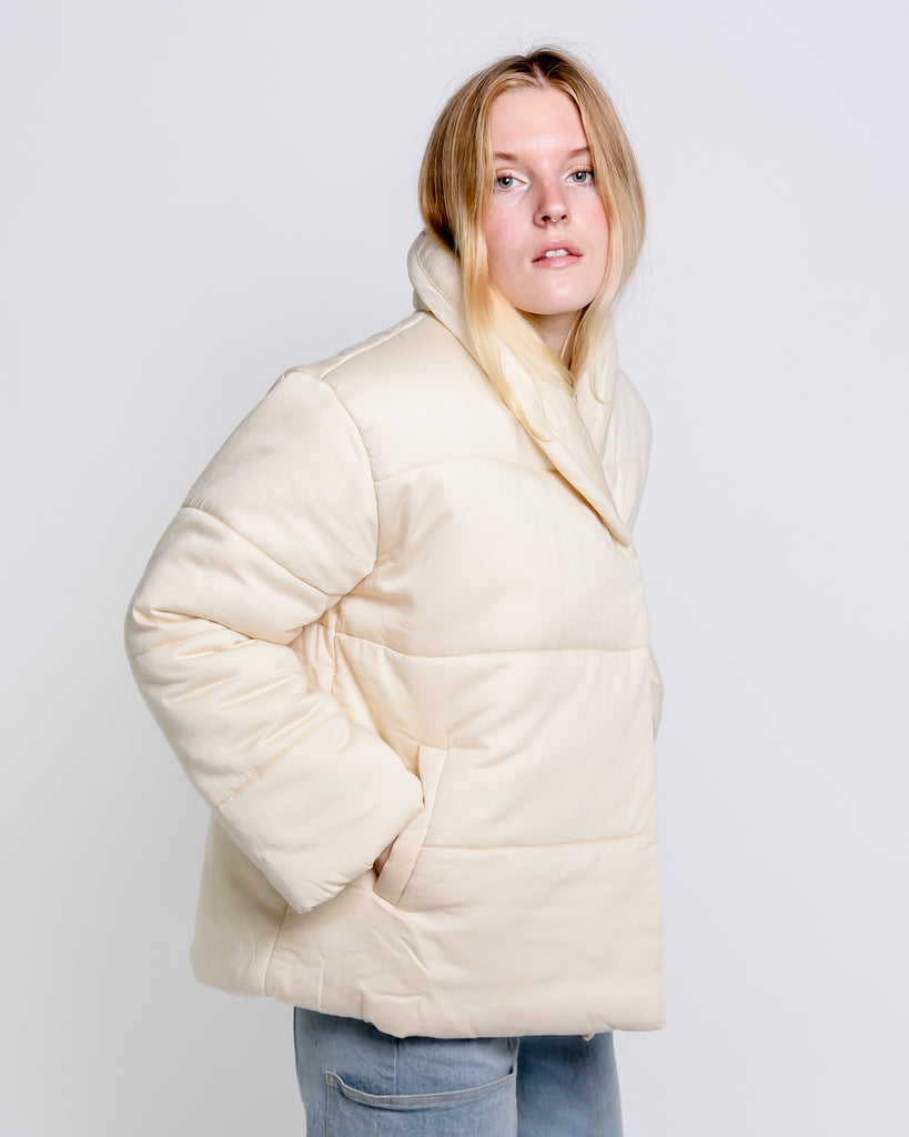Short cotton puffer jacket in pearl