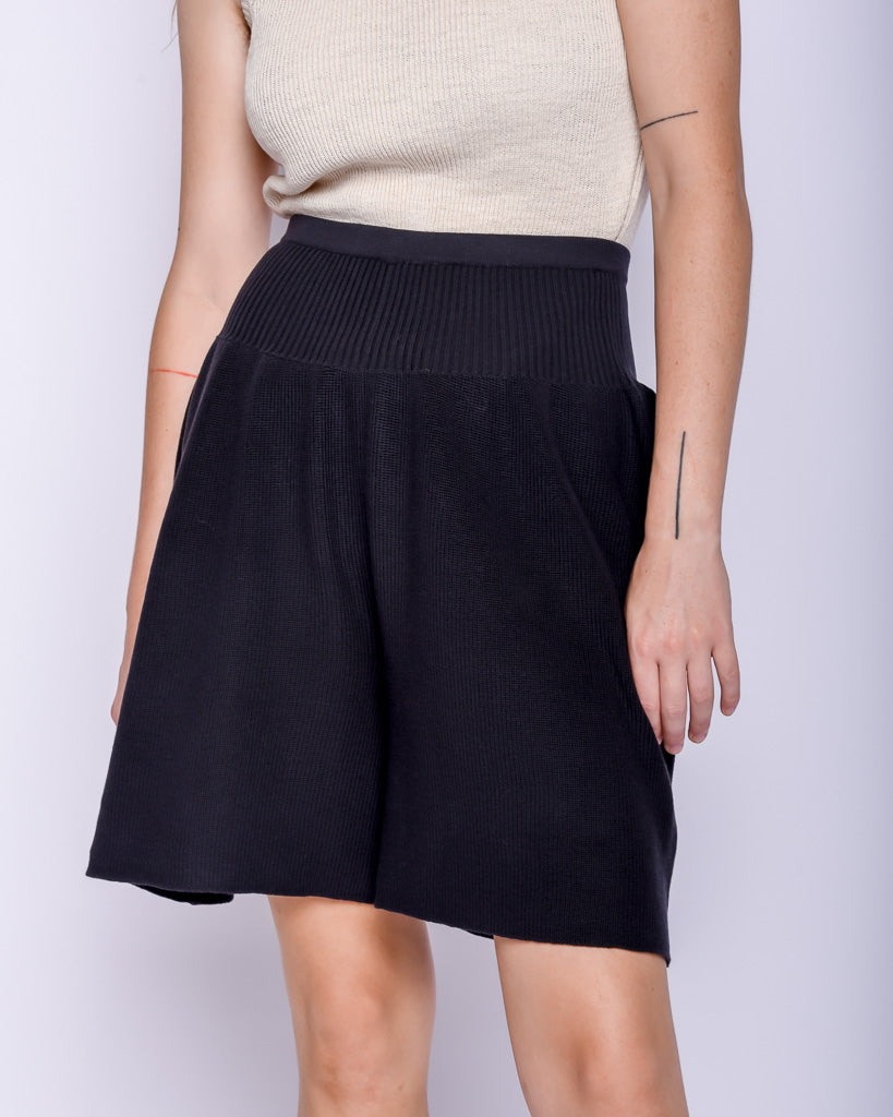 Viv shorts in Faded black