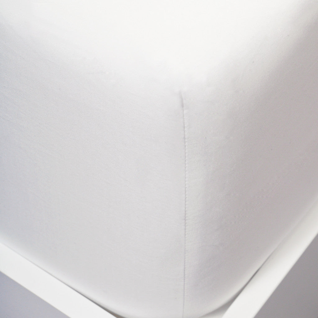 Close up image of fitted sheet corner on mattress