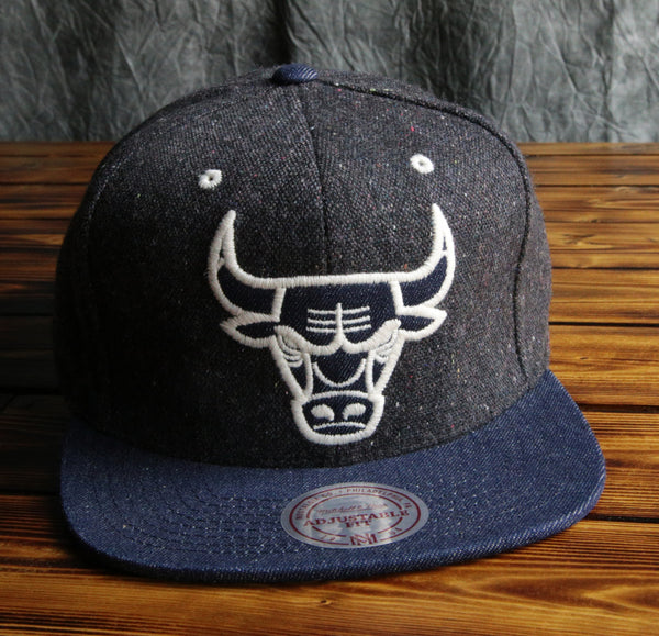 Chicago Bulls Mitchell & Ness Tribal Hi 5 Pom Beanie Hat