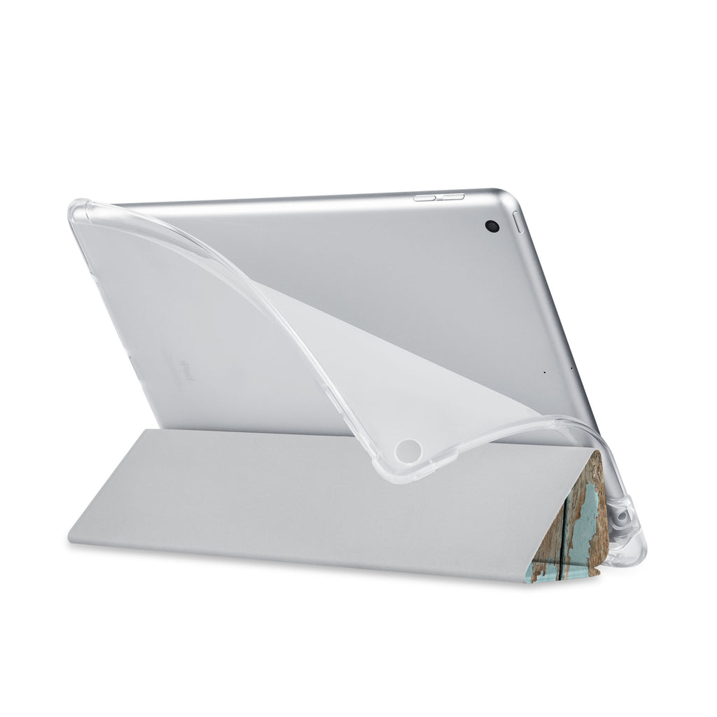 Balance iPad SeeThru Casd with Wood Design has a soft edge-to-edge liner that guards your iPad against scratches.