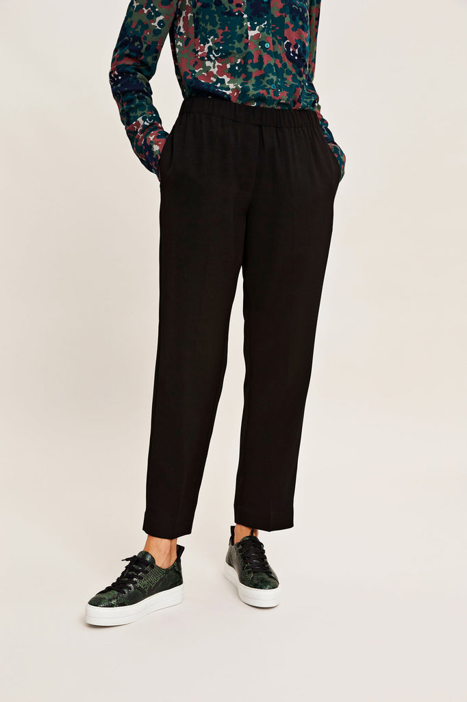 Easy to wear wardrobe staple black trousers from Samsoe.