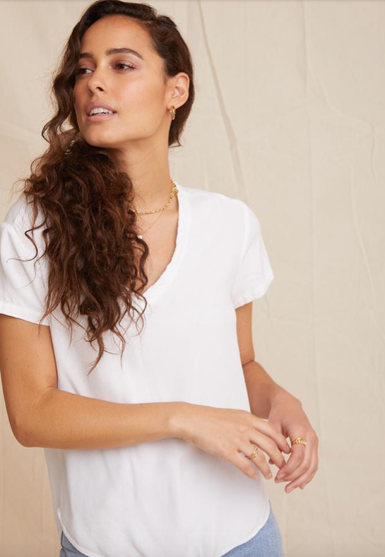 The perfect modern v neck from Bella Dahl.  Crafted from the softest twill with a boxy shape and a round longer hem at the back this is one you'll reach for again and again.