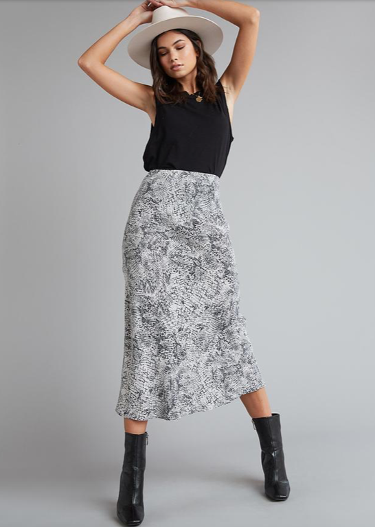 Very cool effortless midi from Bella Dahl.  With a slightly high rise waist and the perfect wiggle room around the bottom this is the perfect skirt to go with your big chunky knits.  Or if you're feeling too warm pair with a tee or vest.  Looks equally great with boots or trainers.