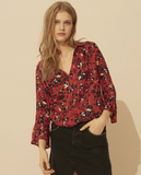 Allow yourself to be seduced by the EDDY shirt which unites a floral print and shiny threads. This blouse is cut in a flowing fabric and has a Henley neckline and ¾ length sleeves with a flounce. You'll note the piped finish and the small gathers from the back yoke. A breezy shirt that's very feminine.