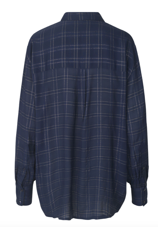 Long shirt in viscose with elegant lurex checks, a small collar and long sleeves. A classic cut that fits into every wardrobe. The discrete metallic checks are a beautiful detail on the shirt that makes it unnecessary to add jewelry.