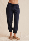 The Easy Jogger from Bella Dahl takes you from relaxed morning to busy afternoon with ease and style.  Featuring a comfortable drawstring waist, loose fit and side pockets these are bottoms that you will want to wear on repeat.