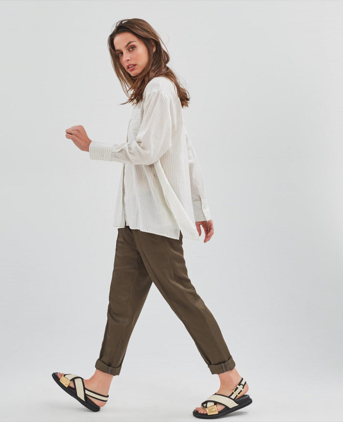 Easy to wear khaki brown trousers with Italian side pockets and back welt pockets.  54% viscose, 27% linen & 19% lyocell.