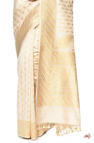 Ivory and gold kadhwa banarasi saree with traditional paisley bootis and a rich konia pallu - WeaverStory - 1