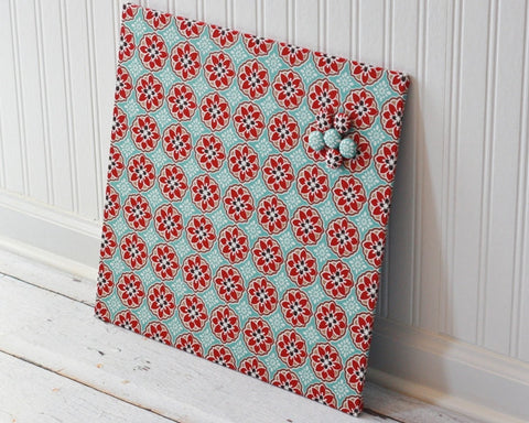 magnet-board-16inx16in-no-frame-blue-and-red-blossoms-fabric