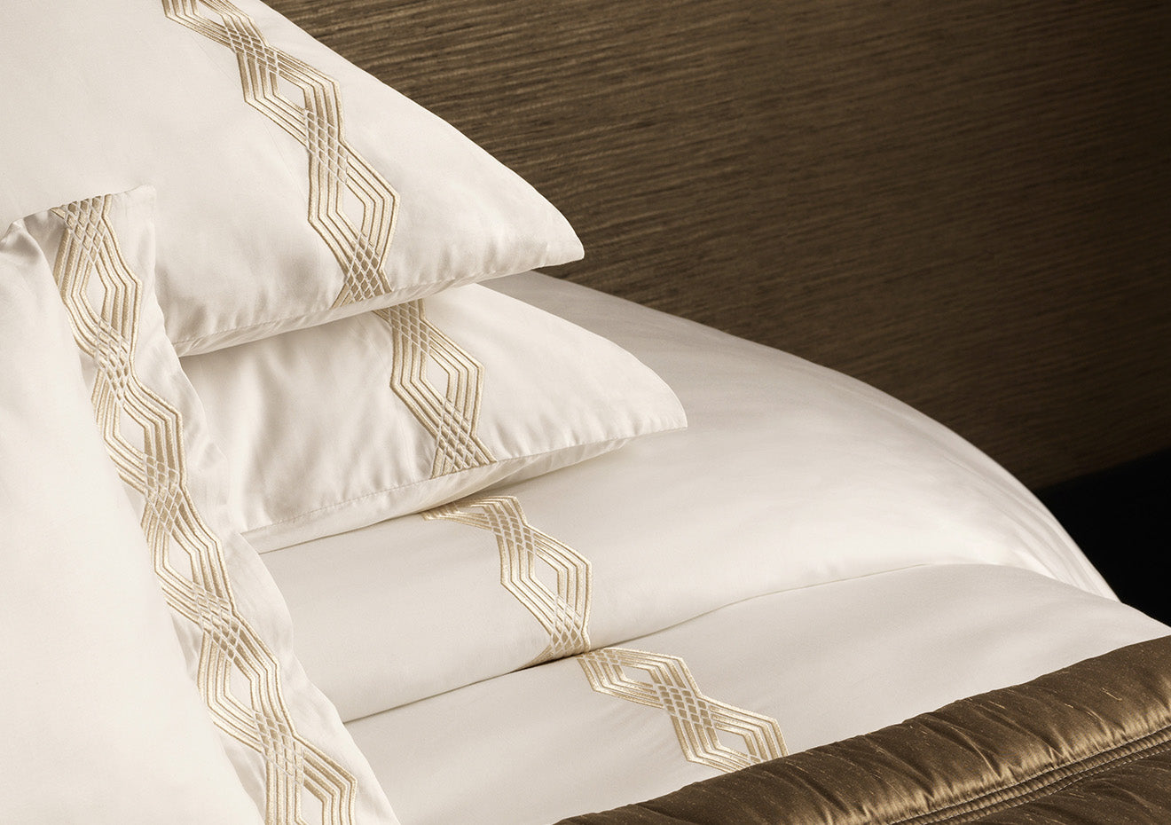 Luxury embroidered flat sheet with pillowcase from Luxdeco