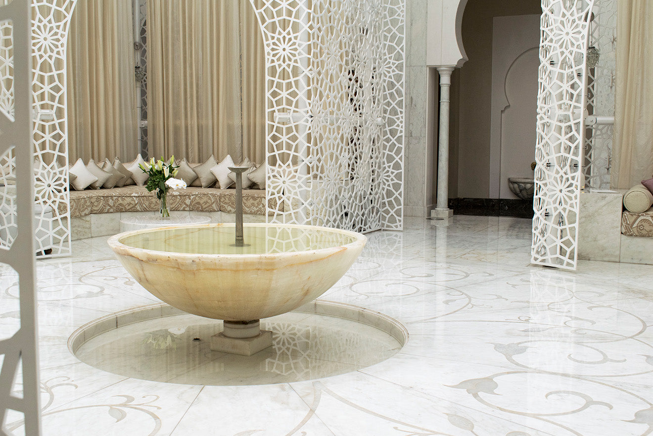 White fountain in the centre of the Royal Mansour Spa