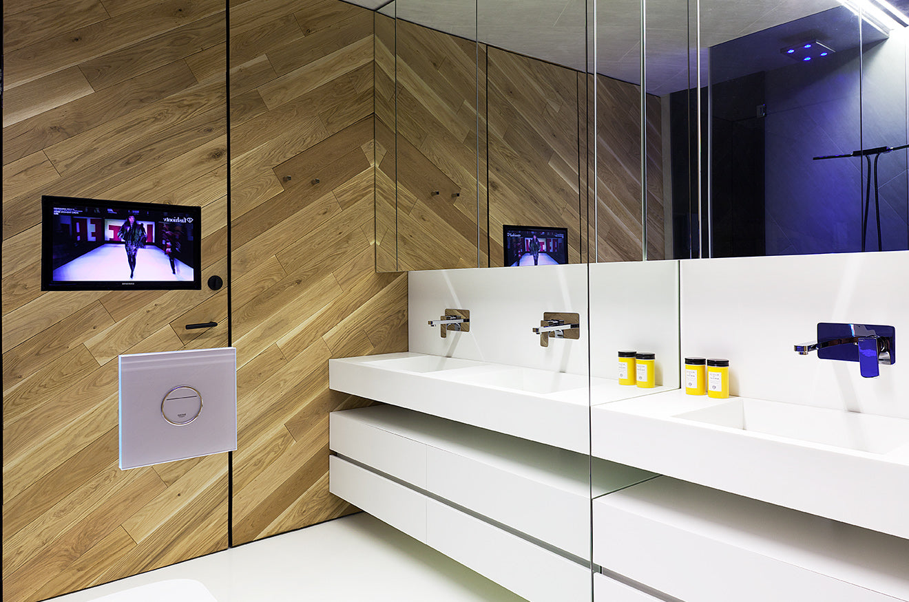 White lacquered bathroom with natural wood walls from Studio Mode