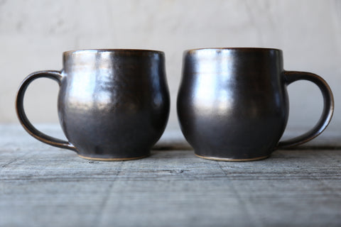 Pair of round mugs in espresso