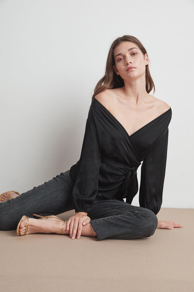 EVERLEE SATIN VISCOSE BLOUSE IN BLACK