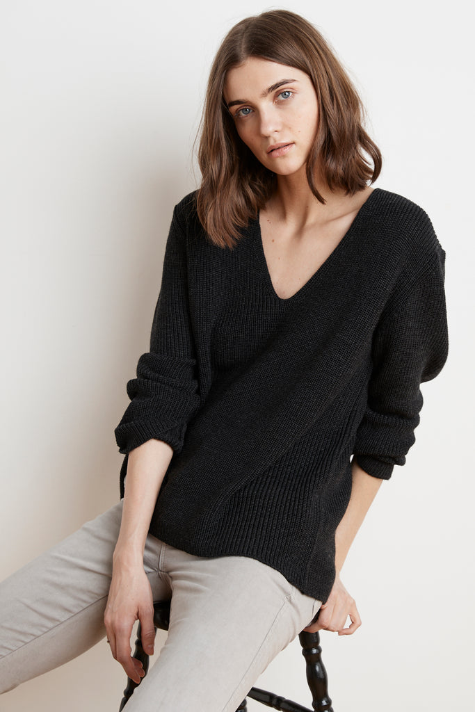 TAYEN ENGINEERED STITCHES V-NECK SWEATER IN COAL