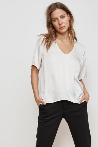 TITA SATIN VISCOSE SCOOP NECK TOP IN CREMA