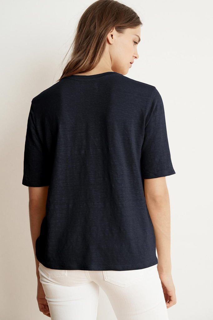 STEFANI LINEN KNIT V-NECK TEE IN NAVAL