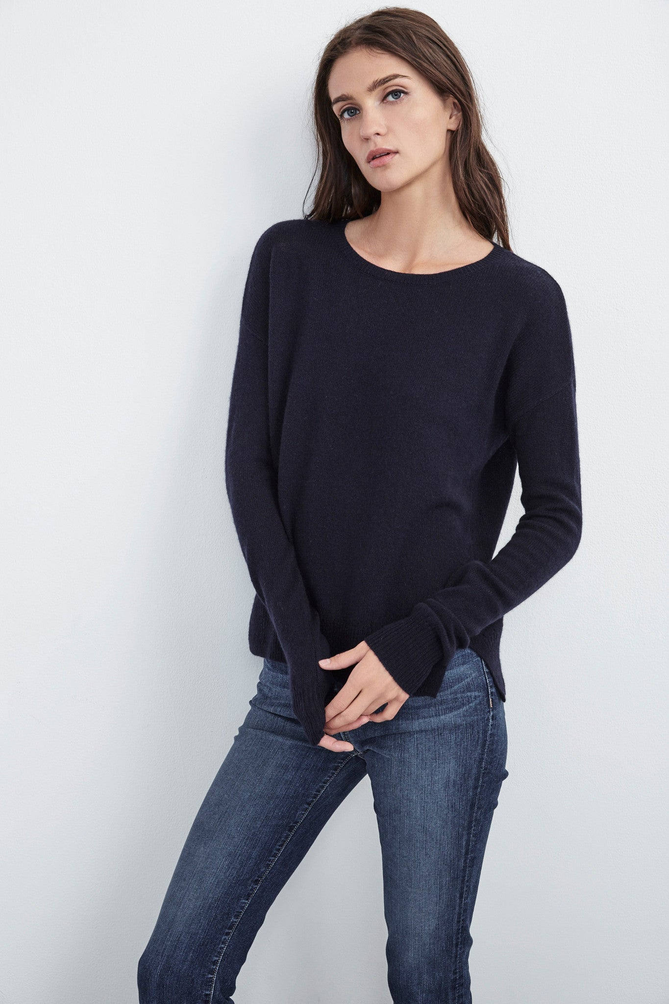 CULLAN CREW NECK CASHMERE SWEATER IN NAVY
