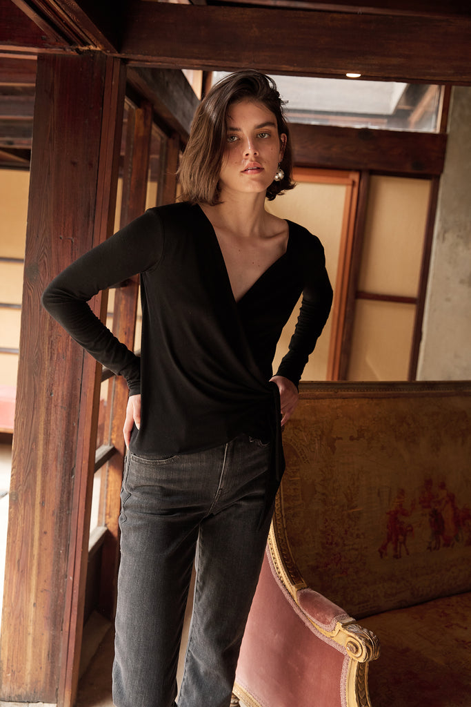 JANESSA TENCEL JERSEY V NECK TOP IN BLACK