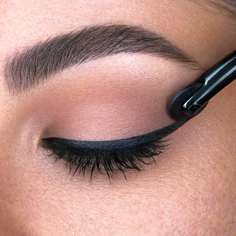 The wheel end rolling on eyeliner on a model