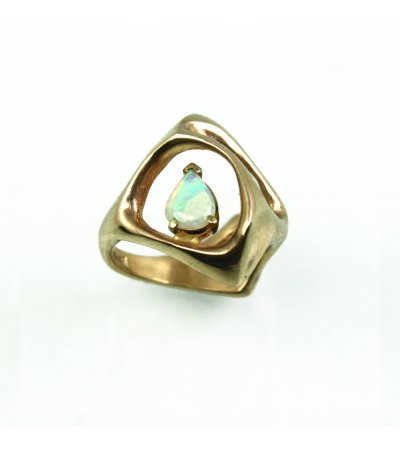 LECS038 - 14kt Yellow Gold Opal Cabochon Ring