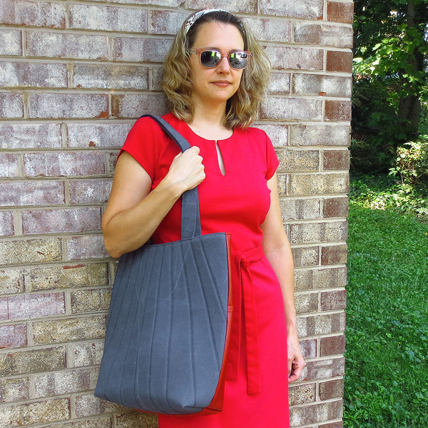 the simone 517 tote on the shoulder of a model