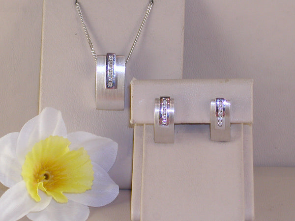 Diamond earrings and pendant jewellery set 0,64ct.