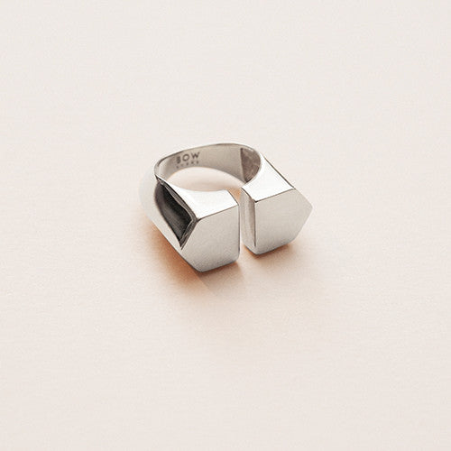 Bow label orhalese ring rhodium plated silver