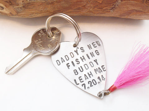 Personalized Fishing Lure Keychain for New Dad Gift for Daddy Stamped Key Chain for Men Custom Metal Keyring New Baby Grandpa Fishing Buddy
