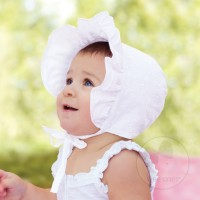 EYELET BONNET IN WHITE