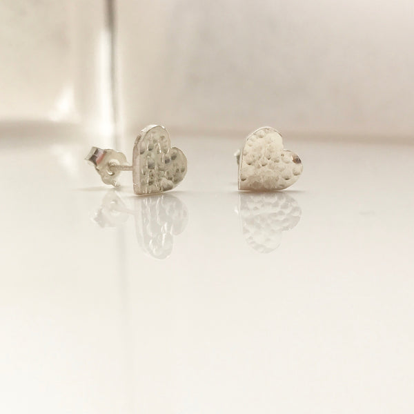Hammered Heart Studs-/#HHE2