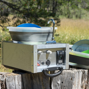 washing camping dishes with a portable sink with 12v pump