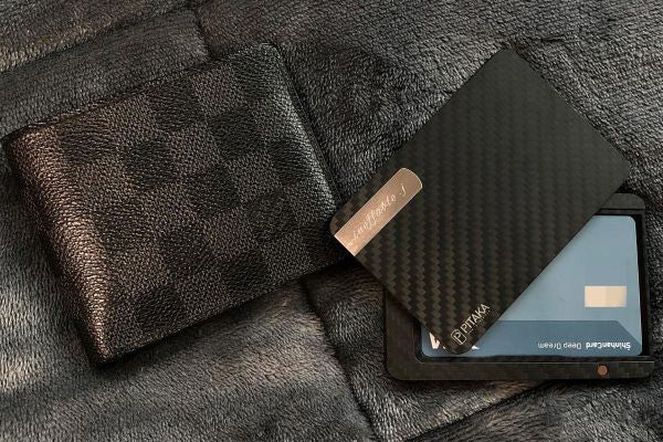 A wallet of James Bond style carbon fiber magnetic wallet