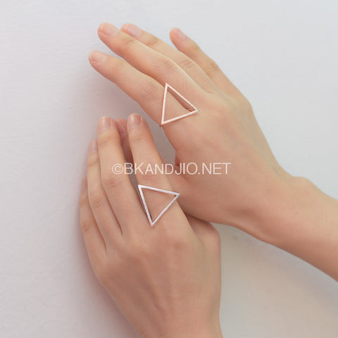 Large Geometric Triangle Ring