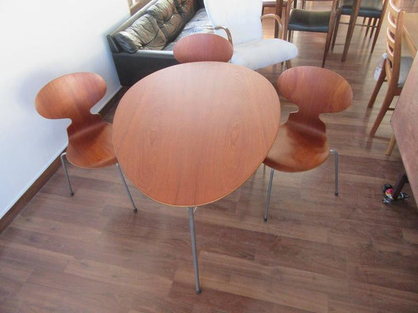 Three-Legged Ant Table Set in Teak with Three Chairs by Arne Jacobsen