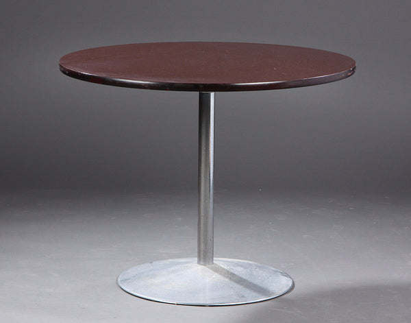 Round Table by Arne Jacobsen . Produced by Fritz Hansen 1975