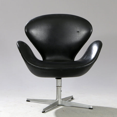 Original Arne Jacobsen Swan Chair in black leather.