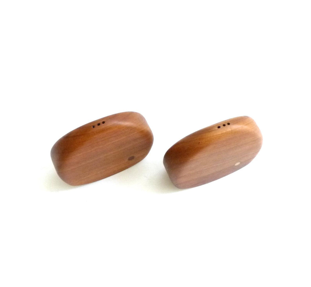 Gorgeous vintage walnut salt and pepper shakers. Top view.