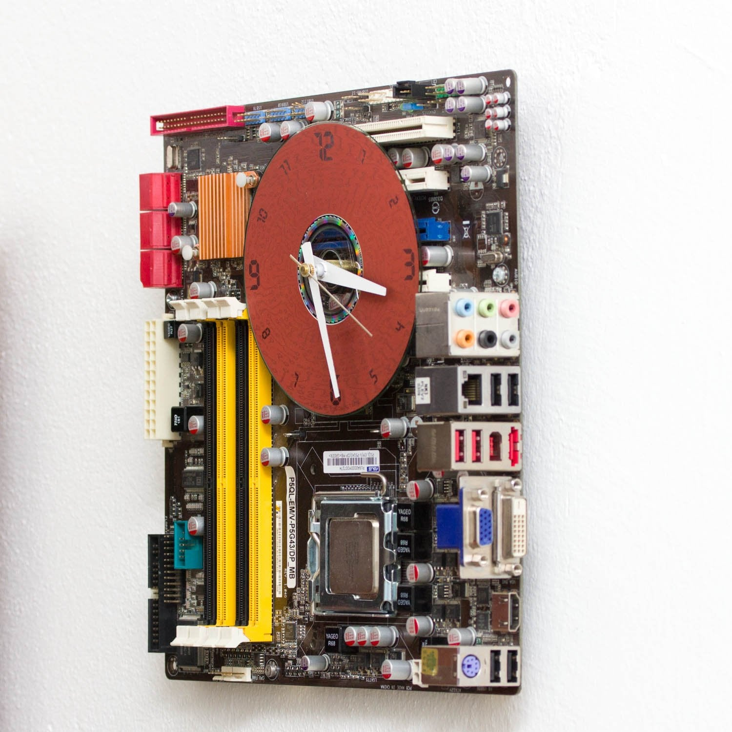 Geeky Wall Clock made of black / dark brown circuit board