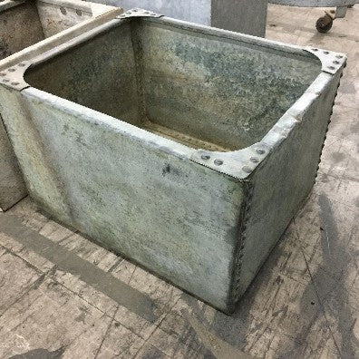 Sink/tank with riveting on sides