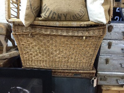 Wicker basket with top