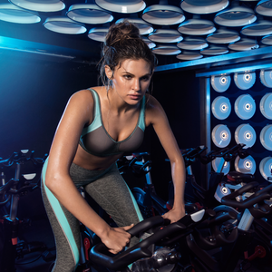 Freya-Active-Sonic-Carbon-Grey-Underwired-Sports-Bra-AA4892CON-Reflective-Twist-Leggings-AA4008CON-Lifestyle
