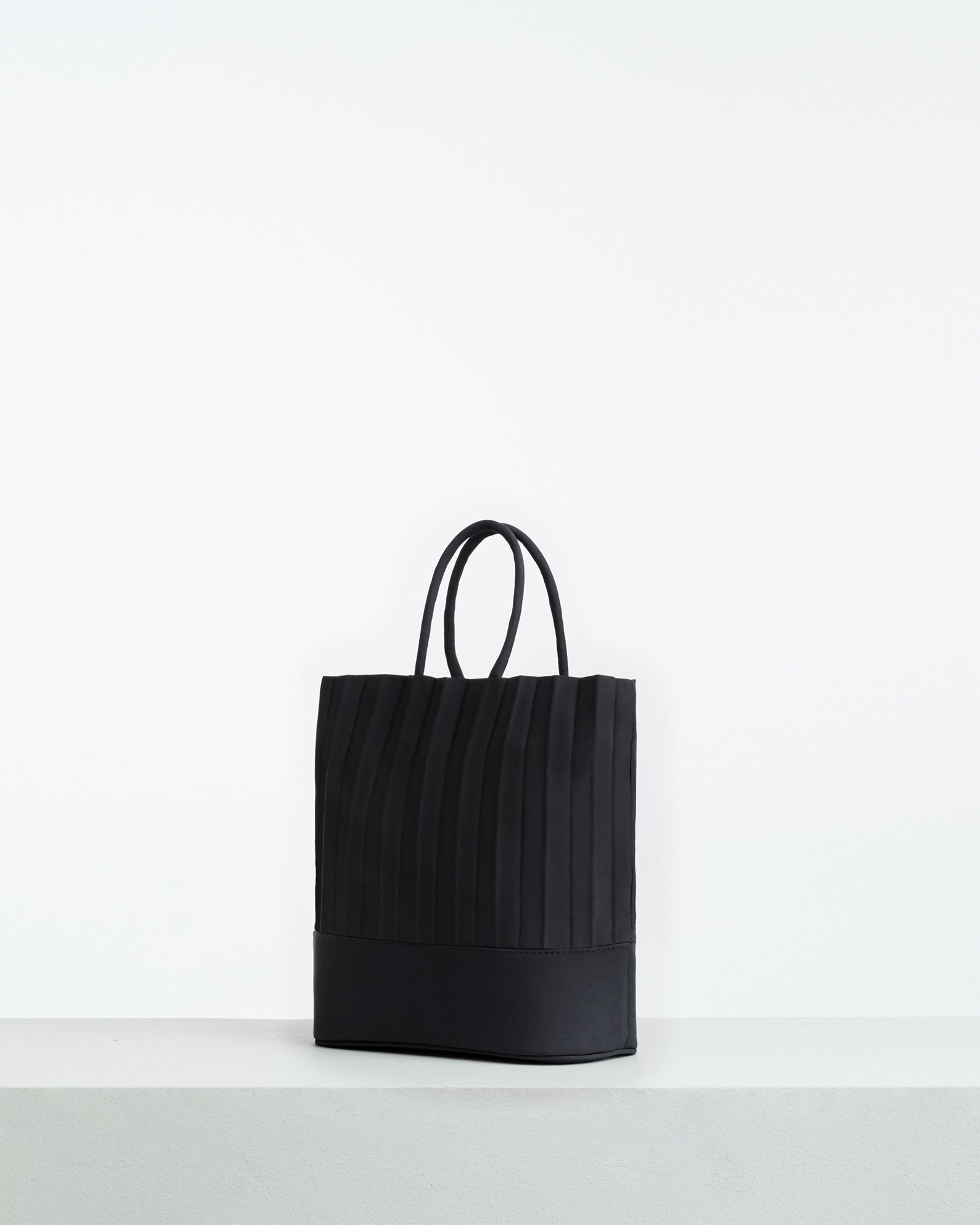 aPacklet (Pitcher) | Handbag in Black