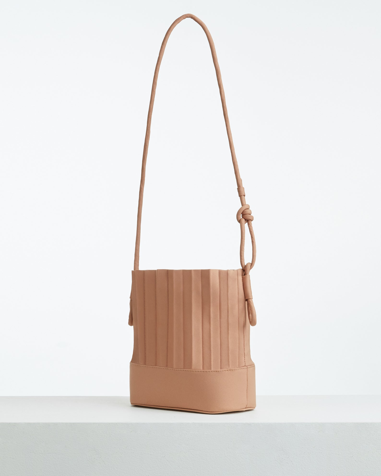 aPaddy (Pitcher) | Bucket bag in Sand